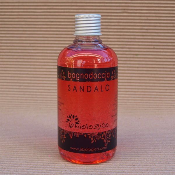 Bagno Doccia al Sandalo, odore legnoso, senza conservanti; il colore deriva dall'estratto dalle piante.