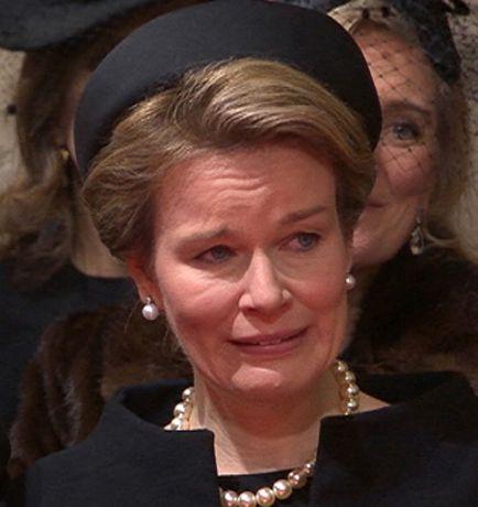 La famille royale était très émue lors des funérailles de la reine Fabiola. La reine Mathilde semblait particulièrement affectée. Elle a eu du mal à retenir ses larmes.