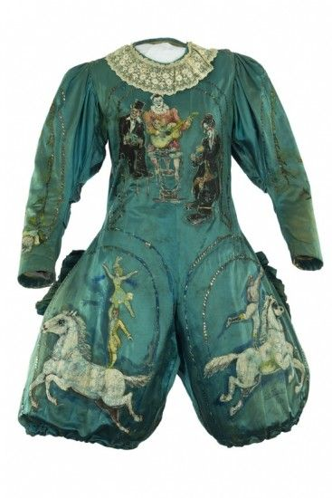 Traje en seda azul y con motivos pintados a mano que perteneció a François Fratellini (1879-1951). El artista representaba al payaso carablanca en el circo bautizado con su nombre. La pieza se expone estos días en 'En piste!' ('¡En pista!'), una muestra que reúne algunos de los mejores trajes de la historia del circo