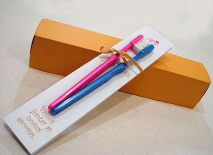 As escovas de dentes estão ficando famosas entre os noivos, sendo usadas nos Save the Date e também nos convites. É simples, mas é divertido e criativo!