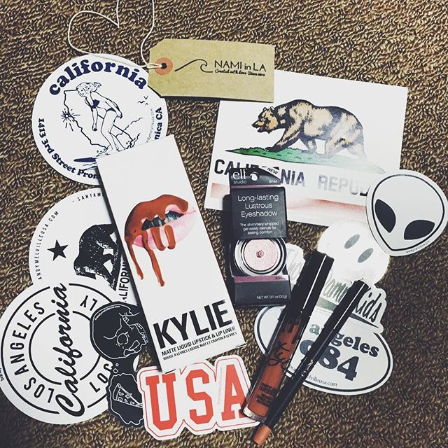 Finally😻💖👅✌🏾️🔥 Kylie Jennerのlipstickとlipliner絶対買えないと思ってたの、幸せすぎる😭💓 ステッカーも可愛いしeyeshadowのプレゼントまでありがとうございます♡ 憂鬱なバイト終わりだったからよけいhappy❤️ Thank you soooo much 😘💕 @namiinla  #kyliejenner#kyliejennercosmetics#kylielipkit#lipstick#lipliner #dolcek#stickers#california#brandymelville#elf#eyeshadow#so#happiness#thankyou#namiinla#sunkissedbox