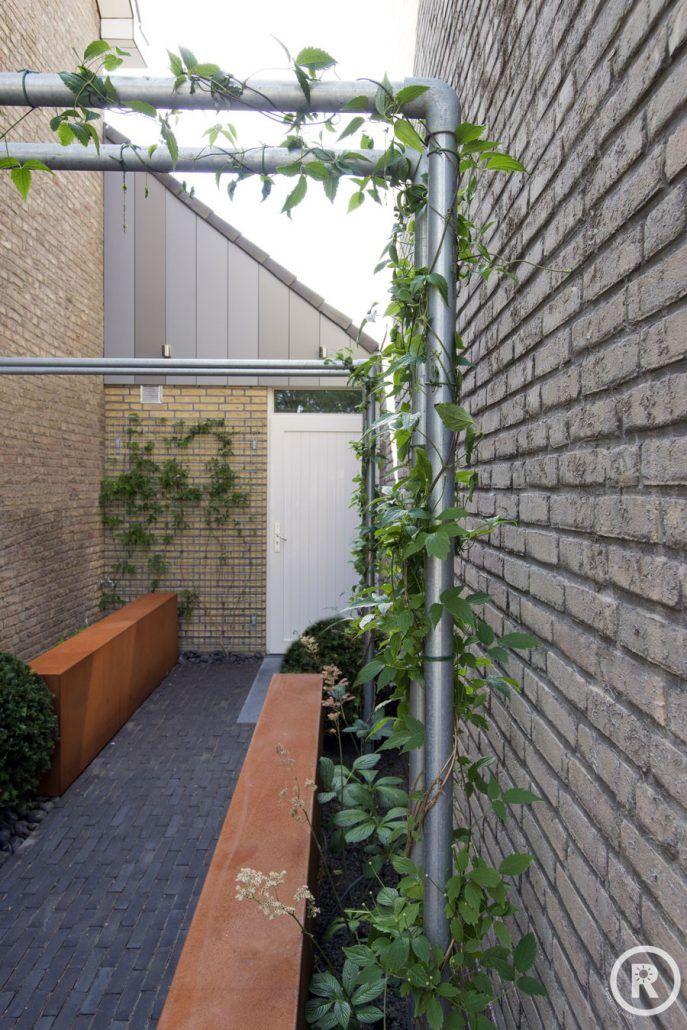 Tuininspiratie De Rooy Hoveniers kleine strakke tuin voortuin cortenstaal wand steigerbuis Made
