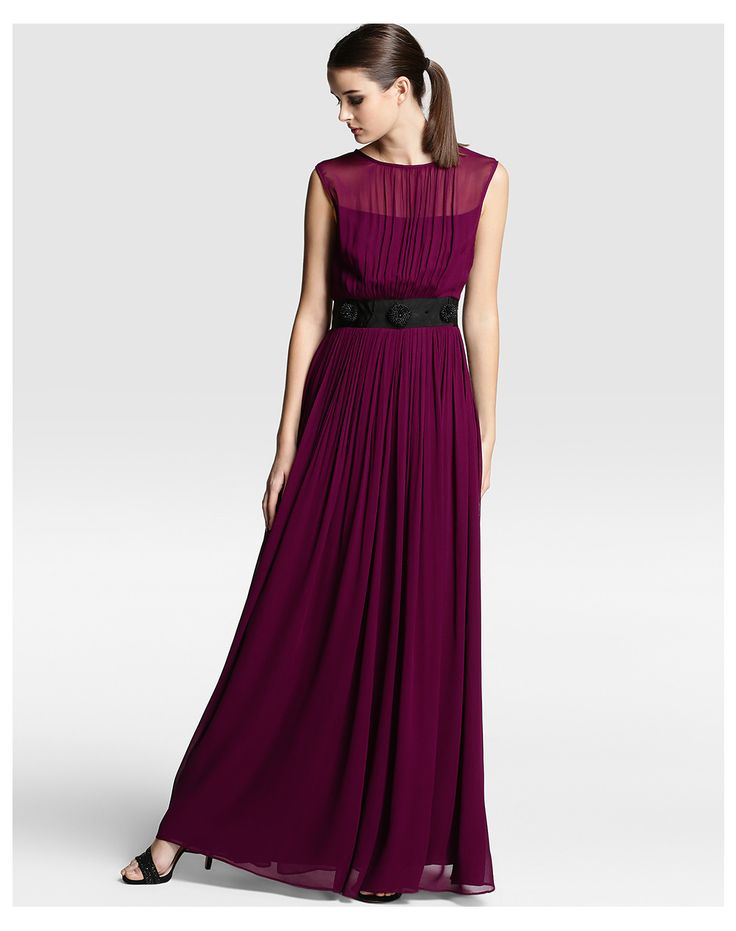 Vestido largo en color berenjena con cinturón a contraste y adorno. #vestidos #invitadas #bodas