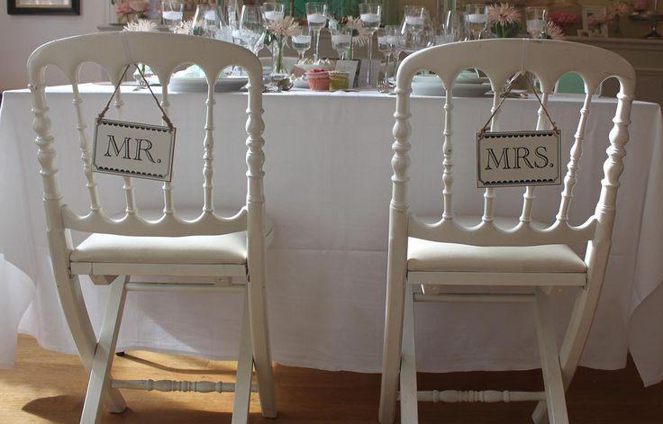 Pancarte Mr&Mrs pour décoration de chaise des mariés. En location chez D DAY DECO.