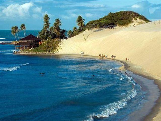 Genipabu - Natal, Βραζιλία Οι γιγαντιαίοι αμμόλοφοι κάνουν τους επισκέπτες της παραλίας Genipabu στο Natal της Βραζιλίας να πιστεύουν ότι βρίσκονται… στη μέση της ερήμου. Μέχρι που αντικρίζουν μπροστά τους τα κύματα του Ατλαντικού Ωκεανού.