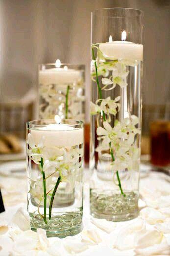 utiliza vasos altos para crear unos hermosos centros mesa con distintos elementos como flores velas