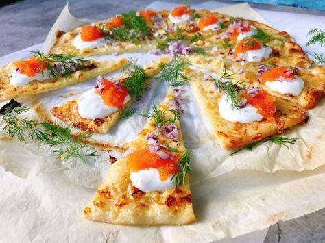 Löjromspizza med rödlök, dill, gräddfil och västerbottenost. Vill du kanske veta hur du svänger ihop en sådan på nolltid? Svårt är det sista det är.