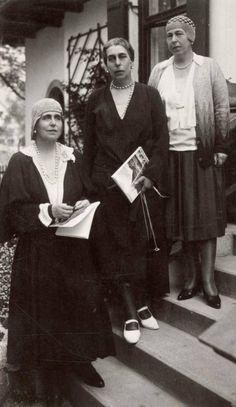 Tre sorelle: la regina Maria di Romania, granduchessa Vittoria, la principessa Alexandra, c.  1920