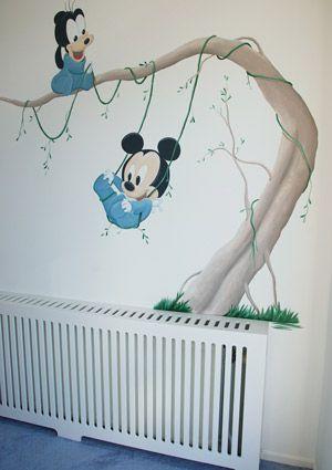 Baby Disney figuurtjes in een boom: Baby Mickey en Baby Goofy muurschildering voor in een jongens babykamer. Gemaakt door BIM Muurschildering.