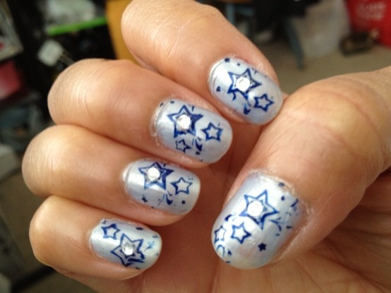 Nails dark blue stars with gems