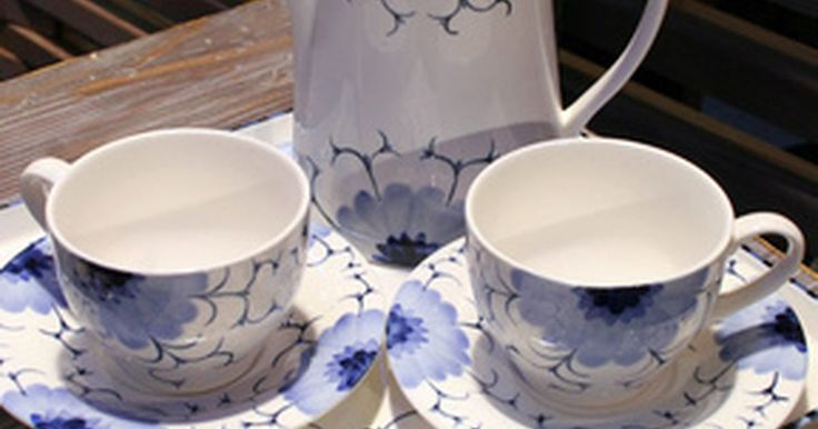 Instruções para costurar um abafador para envolver o bule de chá. Abafadores de chá são feitos para isolar o chá enquanto ele está sendo preparado no bule. Podem ser feitos de tecido ou de lã e têm camadas de material isolante para manter o conteúdo do bule quente. Alguns abafadores são cobertos com decorações elaboradas usando bordados, contas e outras técnicas. Eles podem ser usados para manter o chá quente ...