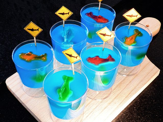 Gelatina oceano com tubarões. Uma sobremesa super fácil e divertida, feita com balas de gelatina no formato de tubarões.