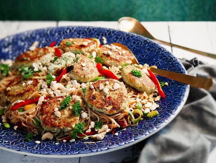 Laga asiatiska fiskbiffar ikväll, en fräsch och kryddig maträtt! Recept på asiatiska fiskbiffar med risnudelsallad och sojadopp hittar du här.