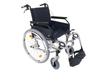 Lichtgewicht #rolstoel Freetec  Art. nr.: 900500100  Actief en mobiel in het leven  Eenvoudig instelbare armleggers Camber afstelling van de voorvork Zithoogte 3 stappen verstelbaar voor maximaal Comfort Beensteunen zijn 5 stappen verstelbaar (39 – 48 cm) Voetplaten zijn in hoek verstelbaar van 0 tot 32 graden Wiel stand verlenging mogelijk Verkrijgbaar in 8 Zitbreedtes Handgrepen zijn in hoogte verstelbaar voor de begeleider Rugleuning is in diepte en hoogte verstelbaar
