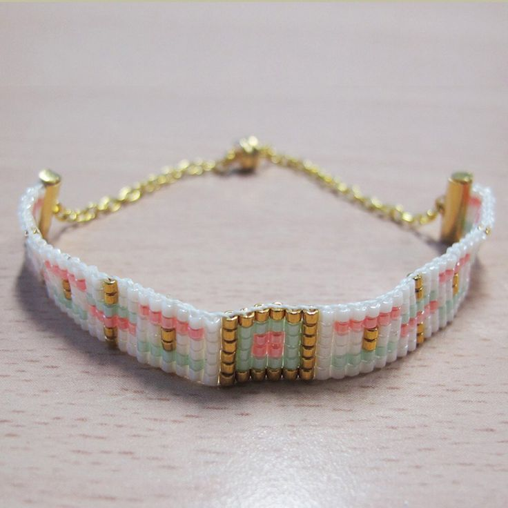 un bracelet manchette en tissage de perles