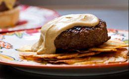 Receita de hambúrguer ao molho de mostarda sobre galetes de batata: compre a carne moída no dia do preparo.