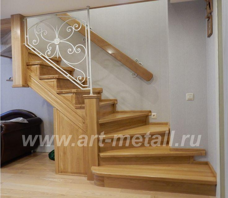 Дубовая лестница с кованым ограждением.