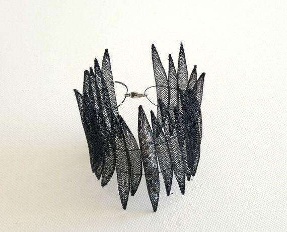 Incredibile braccialetto contemporaneo fatto di nero mesh in PVC e alluminio. Fatto a mano con cura. Lunghezza: 19,5 cm/7,7 pollici  Pacchetto sarà spedito, non appena mi sarà possibile che è usually1-2 giorni dopo lacquisto.  ▲ OMAGGIO CON OGNI ORDINE HTTPS://WWW.ETSY.COM/LISTING/469516234/SALE-SILVER-RING-SPIRAL-RING-WRAP-RING?REF=SHOP_HOME_ACTIVE_3 ▲  Potrebbe piacerti anche questo orecchini qui…