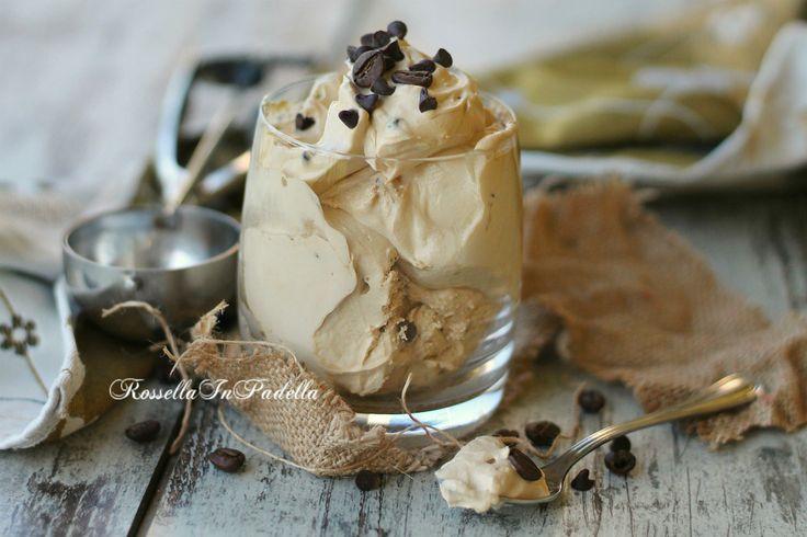Il gelato al caffe' senza gelatiera e' una ricetta molto veloce e semplice. Non serve mescolare, bastano poche ore di riposo in freezer e non ghiaccia.