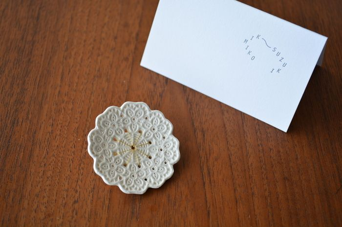 はじまり、純潔、光など「白」が持つ象徴性にこだわって作られるKimiko Suzukiのジュエリー。無垢で温かみのある白磁を使って、ひとつずつ手作業で丁寧に作られています。