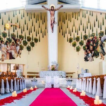 dekoracja kościoła świece czerwony dywan płatki kwiatowe woal