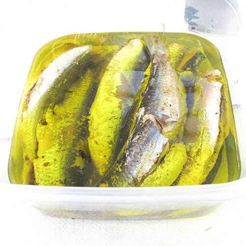 Faça uma super conserva de sardinhas para servir com pão e salada de alface. Aproveite um pouco para exibir os seus dotes na cozinha. A receita é muito fácil, rica em ômega 3 e, para quem acha que o sabor da sardinhas é forte, recomendo experimentar para mudar de idéia!