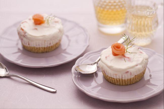 Le mini cheesecake al salmone sono uno sfizioso antipasto finger food, da gustare in monoporzioni.