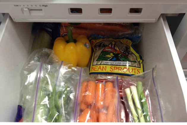 На дно ящика для овощей в холодильнике постелите бумажные полотенца. Они поглощают лишнюю влагу и не допускают таким образом быстрого загнивания овощей.