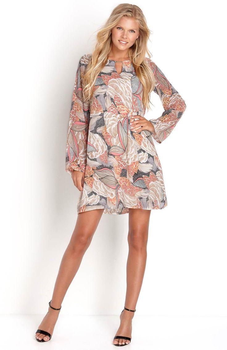 Modna sukienka marki Sisters Point. Tkanina z przepięknym wzorem. Ozdobne rozcięcie i wykończenie z metalu. Stylowe, rozszerzane rękawy. 179 zł na http://www.halens.pl/moda-damska-na-gore-5750/sukienka-giva-1-577033?imageId=413099&variantId=577033-0120