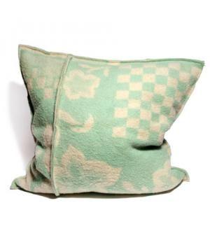 **feels right originals**(unieke, handgemaakte artikelen)Super mooi kussen van een oude wollen deken gemaakt. Het kussen heeft naden die hem lekker stoer maken. De groene kleur is goed te combineren met een modern interieur. Echt een kussen waar je i...