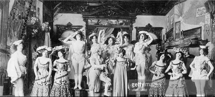 Bailarína y cantautora Cleo de Merode (1875-1966) con su compañía de ballet - foto sin fecha, probablemente 1902