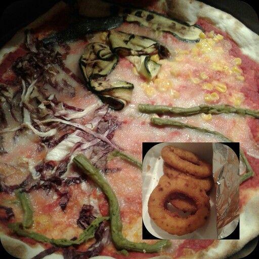 """Pizza. E 1/2 cena riscaldata ai """"3orti""""siA!! #ilovecook#ilovefood#simangia#dolce#food#cibo#foodpin#followus#yummi#omg#delicious#break#homemade#diet#dieta#easyrecipes#IT#personal#love#Al fredda fredda @ s.p."""