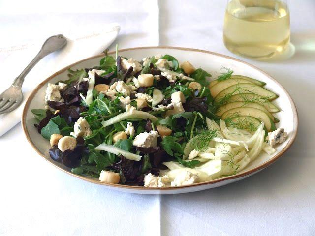 Esta salada junta o doce, o ácido e o salgado. O sabor anisado do funcho e a acidez da pera casam muito bem com o queijo azul.