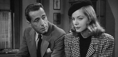 WICHTIG: Vielleicht sollte der Hauptchar keinen Mantel bekommen (Sherlock Holmes Assoziation zu groß). Eher so einen coolen Anzug, ruhig mit Taschentuch in Tasche, wie ihn Humphrey Bogarts Marlowe hier trägt.