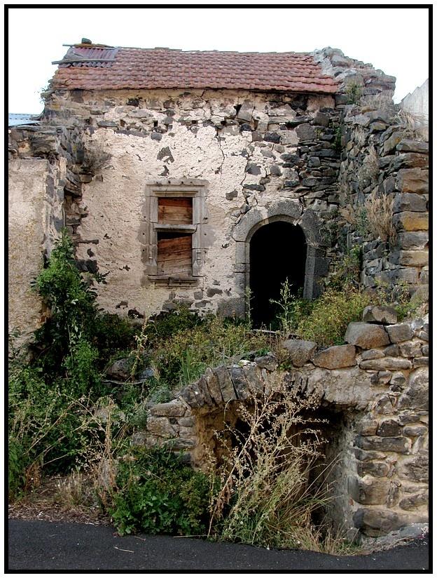 je ne sais pas où elle a été prise ...mais c'est une maison très ancienne ... qui a du abriter des générations et des générations
