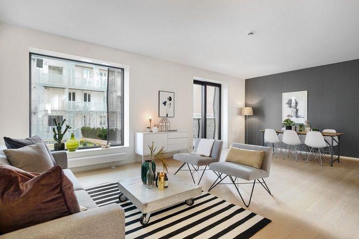 Stor, strøken leilighet i 2. etasje med en flott uteplass på 84 kvm med terrasse og privat hage. Dette er den perfekte leilighet for deg som vil bo sentralt, men samtidig ønsker et stort uteområde. Leiligheten har en meget god planløsning med et oppholdsrom på hele 46 kvm. Leiligheten er moderne og stilren med åpen stue-/kjøkkenløsning, to soverom, hvorav hovedsoverommet har utgang til balkong ...