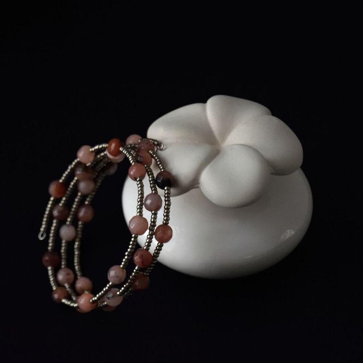 Bracciale memory wire perline e rodonite, bracciale multi giri, bracciale a molla, Idea regalo, regalo per lei, gioielli estivi di NellaBorsadiMaryPopp su Etsy