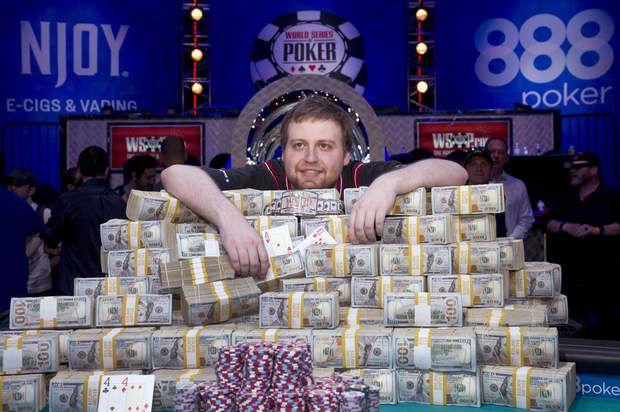 Le plein de dollarsLas Vegas (États-Unis). Ce petit veinard de 24 ans vient d'être sacré champion du monde de poker. A l'issue d'une finale homérique à Las Vegas, Joe MacKeehen, américain de son état, a raflé la somme de 7,68 millions de dollars. Et au pays de l'oncle Sam, pas de pudeur excessive vis-à-vis de l'argent: le gagnant du tournoi pose avec ses liasses.