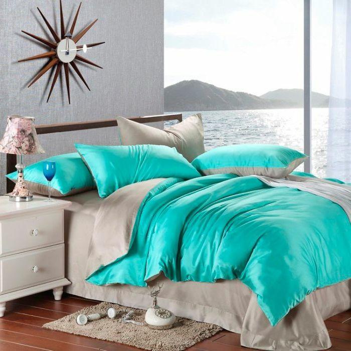 couleur chambre parental, vue sur la mer, horloge forme soleil, tapis fausse fourrure