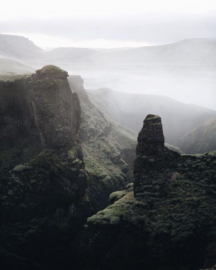 В Исландии так получается, что заранее не знаешь, что скрывается за следующим холмом или горой. Идёшь-идёшь по полю, а потом резко обрыв - и такой вид)