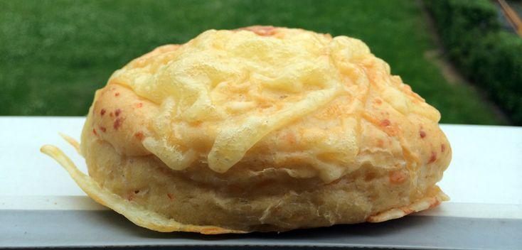 Disse hamburgerbrødene har ost i deigen og også på toppen