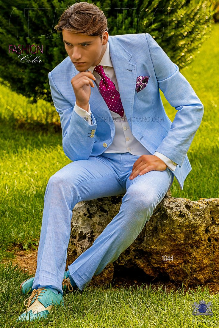 Costume italienne bleu ciel de lin-coton avec surpiqûre, revers crantés, 2 boutons corozo, ticket pocket et 2 fentes latérales. Tissu de lin et coton. Costume de mariage 1844 Collection Fashion Color Ottavio Nuccio Gala.