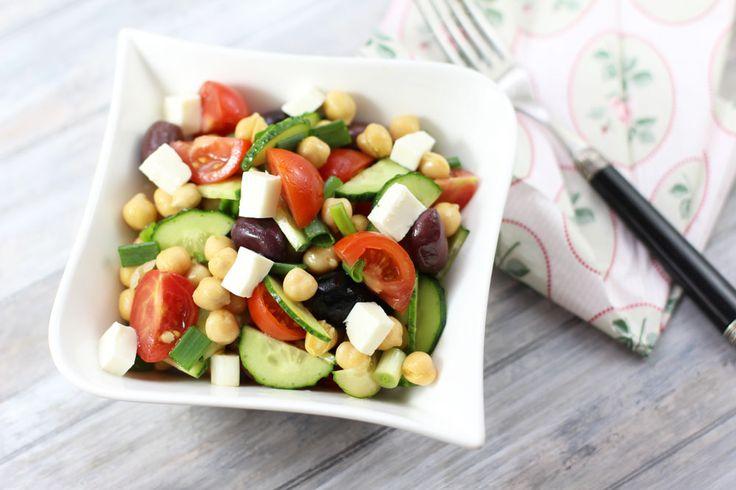 Salata de naut in stil mediteranean. Salata cu naut, rosii, castraveti, ceapa, masline si branza telemea. Salata mediteraneana cu naut.
