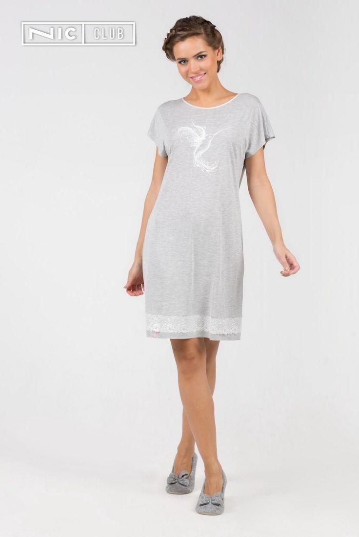 Сорочка-туника Fantasia — изысканная одежда для сна! Сорочка средней длины, с рукавами-кимоно декорирована утонченным белым принтом в виде колибри. Горловина окантована светлым атласом. По низу изделия идет кайма из широкого кружева.   #chemise #sleep #grey #sleepwear