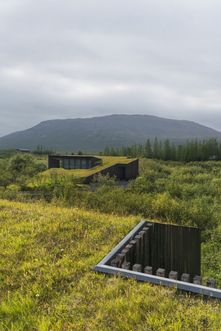 These small houses blend into the picturesque landscape of southwest Iceland. The two vacation homes face a small lake about an hour's drive east of Reykjavík. In order to preserve the views …