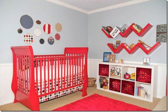 une crèche rouge et un tapis rouge dans une chambre de bébé