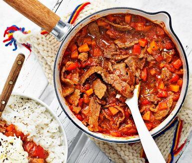 Gulasch är en mustig köttgryta med ursprung i Ungern. Här får den rustika grytan sällskap av en klick fräsch vitlökskräm som blir pricken över i:et. Bjud på en värmande måltid som lämnar alla kring bordet mätta och belåtna.