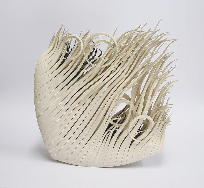 Diese Skulptur in Ringform besitzt verschnörkelte Spitzen im Innenbereich