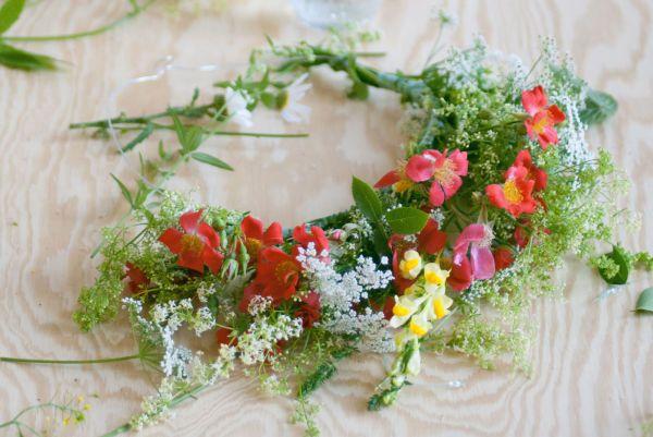 Du velger selv om du vil fylle hele rammeverket og lage en krans, eller om du heller vil lage et klassisk blomsterdiadem. Det kan være en smart løsning dersom du har liten tid, eller for få blomster til å lage en fullstendig krans.