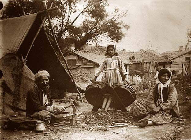 Yabancı Roma Resimleri. Galeri 3.Dövme işlemleri sırasında ailenin Türk Çingeneler. Fotoğraf 1900 ve 1919 arasında alındı.